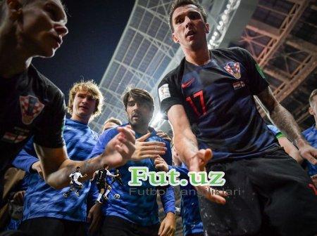 Xorvatiyalik futbolchilar golni nishonlayotganda suratkash ustiga yiqilishdi (+FOTO)